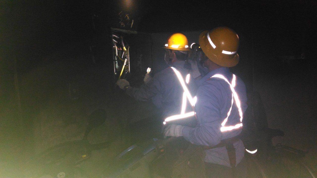 台南市東區凱旋路公寓地下室凌晨起火停電,台電人員今天一早到場修復。記者黃宣翰/攝...