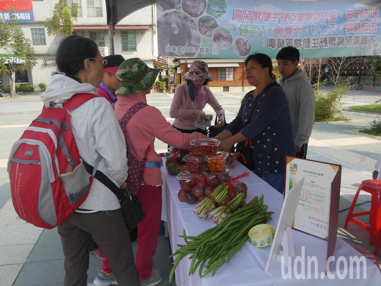 友善耕作的農民展售農產品,推廣綠色保育理念。記者徐白櫻/攝影