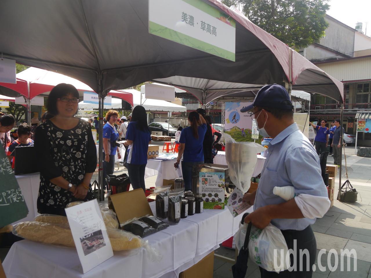 美濃農民溫文相以無毒方式栽種的黑芝麻,現場展售芝麻醬。記者徐白櫻/攝影
