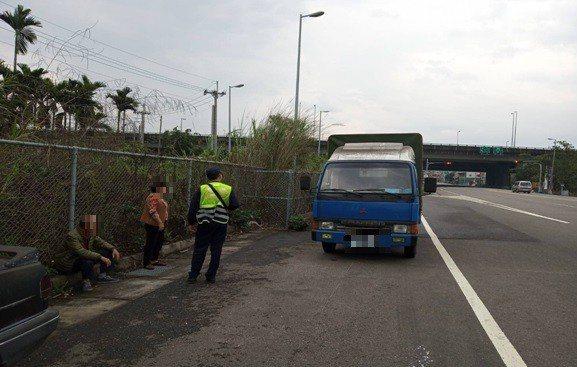家住台南關廟的一對郭姓夫婦開了90公里路程導致車輛拋錨。圖/警方提供