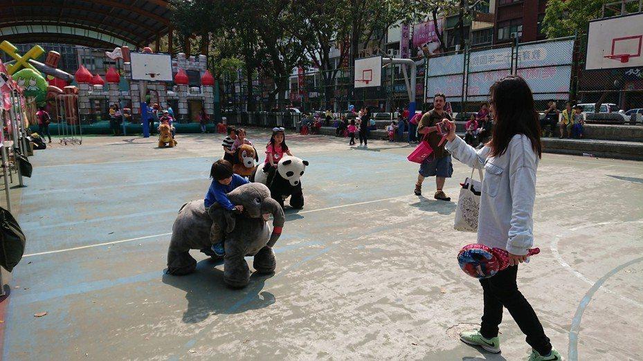 醫師提醒「親子活動也會有運動傷害!」應避免易碰撞及拉扯的運動,如負重跑、兔子跳、扳手腕等活動。記者蔡容喬/攝影