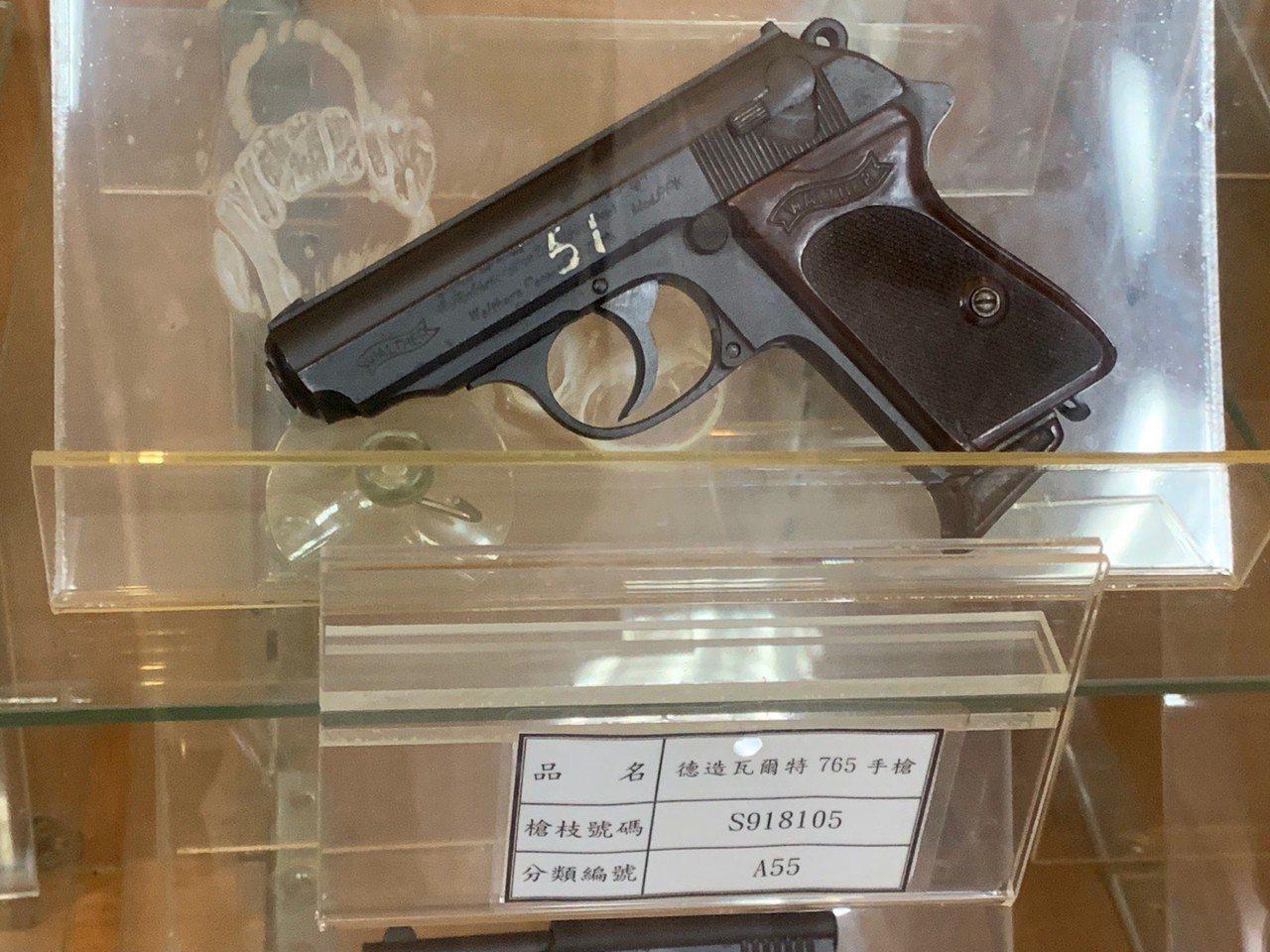 德造的PPK手槍是一種縮小版的警用刑事手槍,傳發起二戰的德國領導人希特勒隨身攜帶...