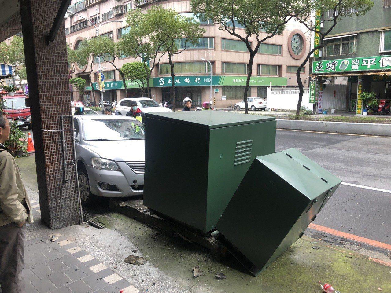林姓男子今天上午開車時疑似因恍神,不慎開上人行道,撞上台電電箱,影響附近300餘...