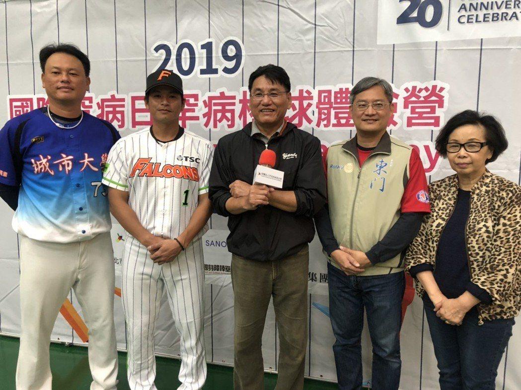 棒球名將謝長亨(中)支持罕病兒棒球活動。記者劉嘉韻/攝影