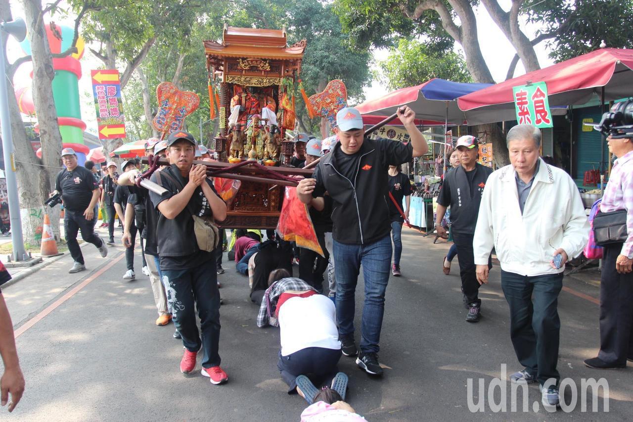 民眾紛紛排隊鑽轎底祈求媽祖保佑。記者李京昇/攝影