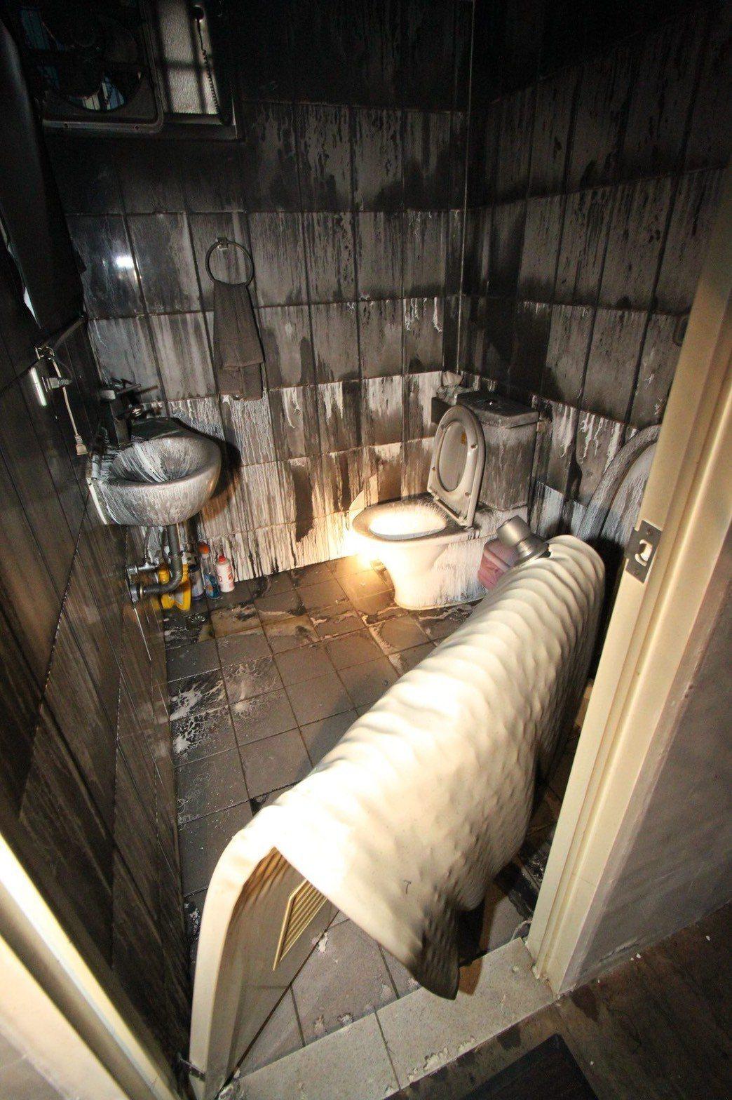 消防局指出,廁所浴室的門大多為塑膠材質,遇熱很容易融化,遇到火災若躲在裡面,濃煙...