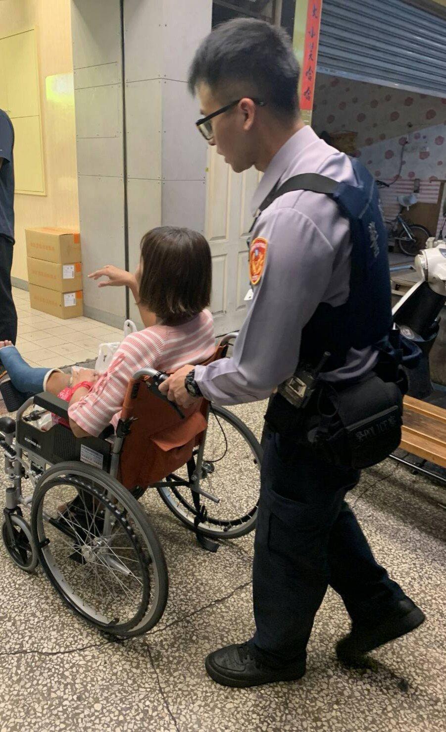高雄一名陳姓婦人前日晚間自行坐輪椅前往醫院看診,返家時不料錢帶不夠,無奈之下只好...
