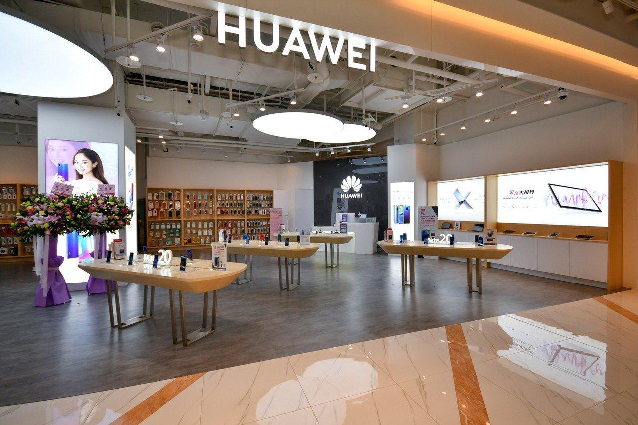 華為台北大直ATT體驗店新開幕,不限金額消費可獲得華為夾娃娃機夾取乙次的機會。圖...