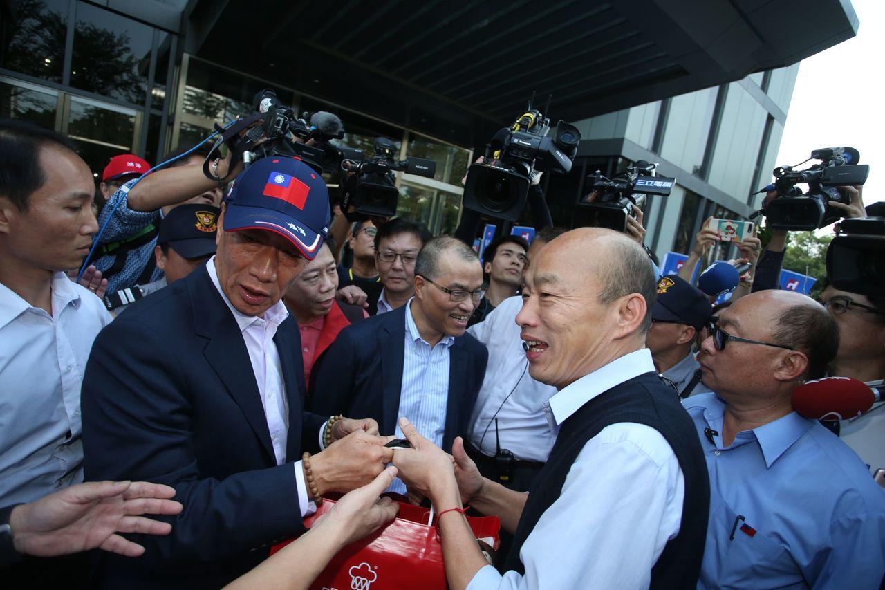 鴻海集團今天下午與高雄市政府 簽署合作備忘錄,董事長郭台銘和高雄市長韓國瑜首度在...