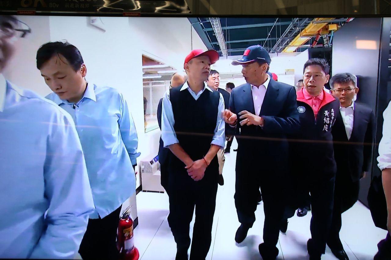 鴻海集團今天下午與高雄市政府 簽署合作備忘錄,董事長郭台銘下午先邀韓國瑜參觀數據...