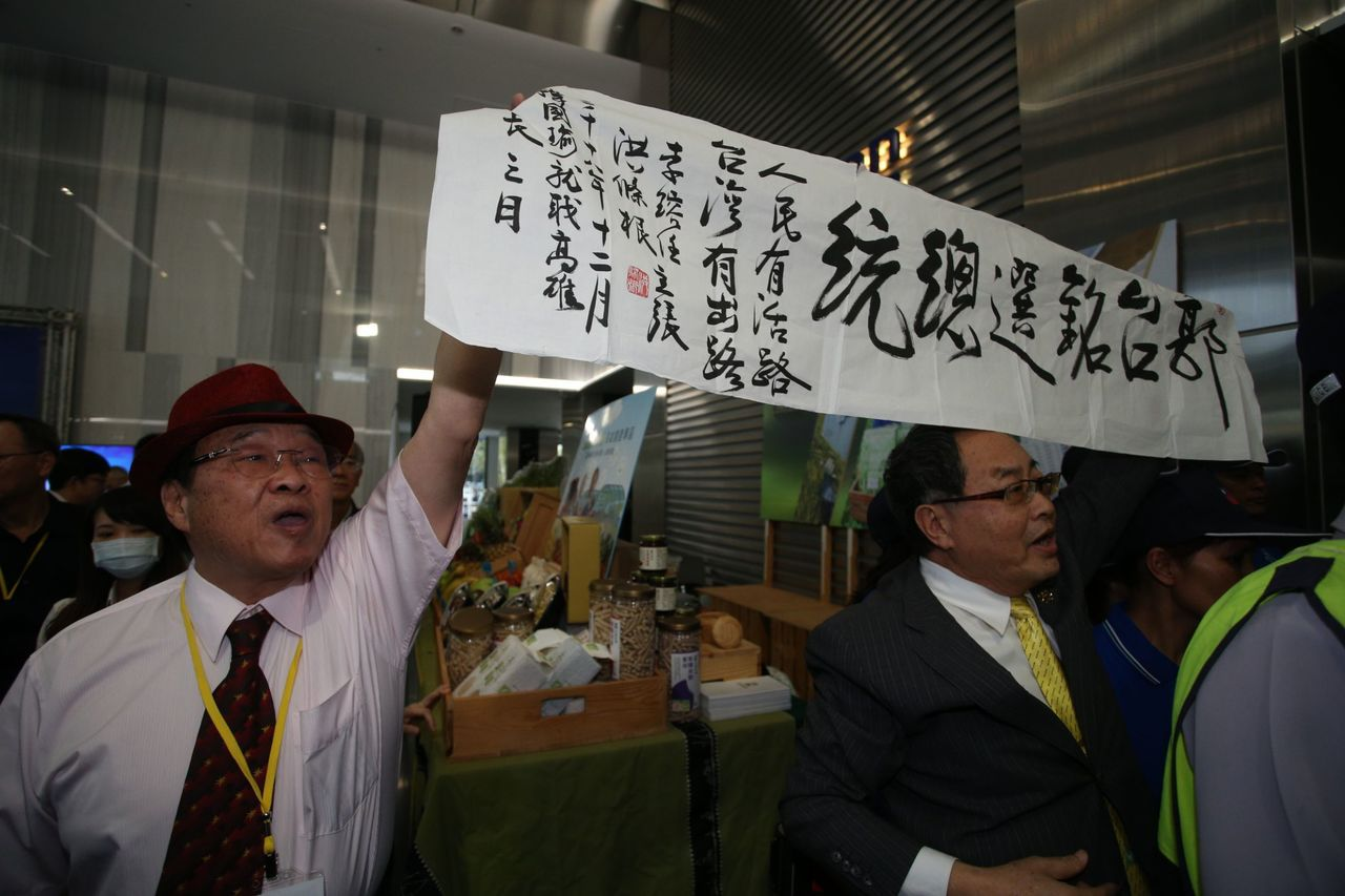現場也有人高舉呼籲郭台銘選總統的布條。記者劉學聖/攝影