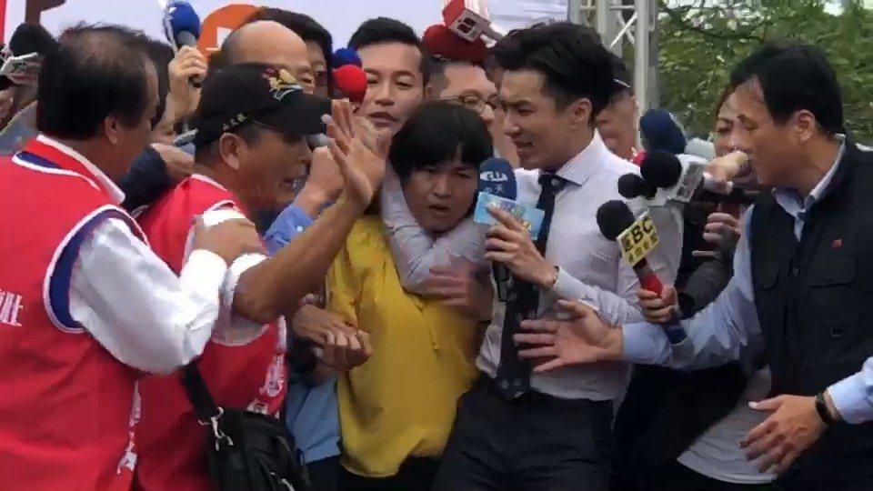林姓女記者(左三黃衣者)和中天主播王又正(右二)爆衝突。圖/東森提供