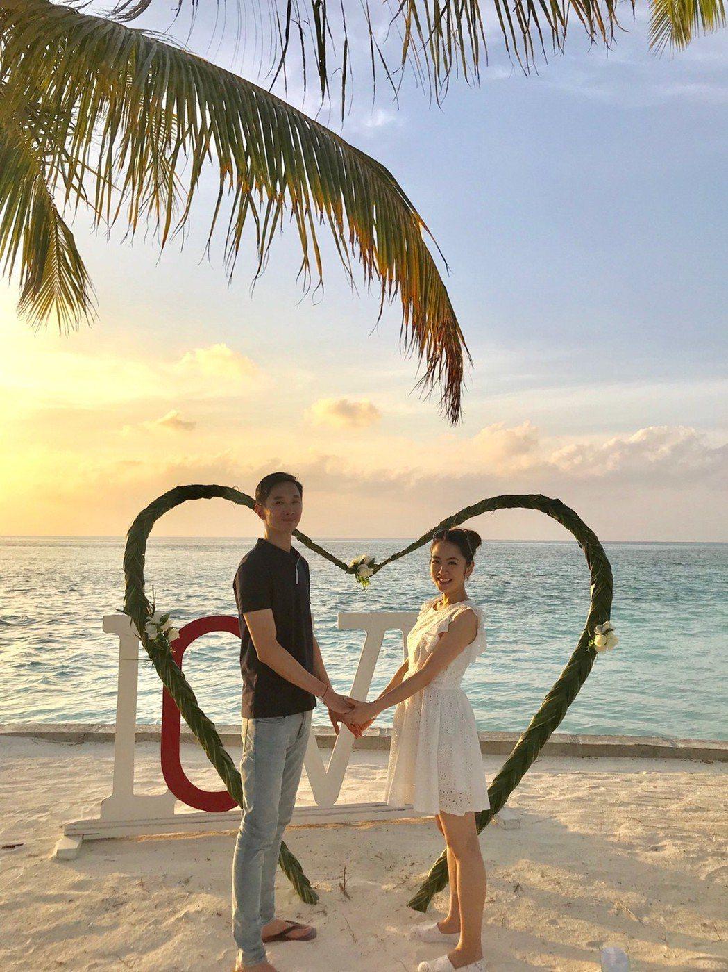 楊千霈(左)和老公到馬爾地夫二度蜜月。圖/楊千霈提供