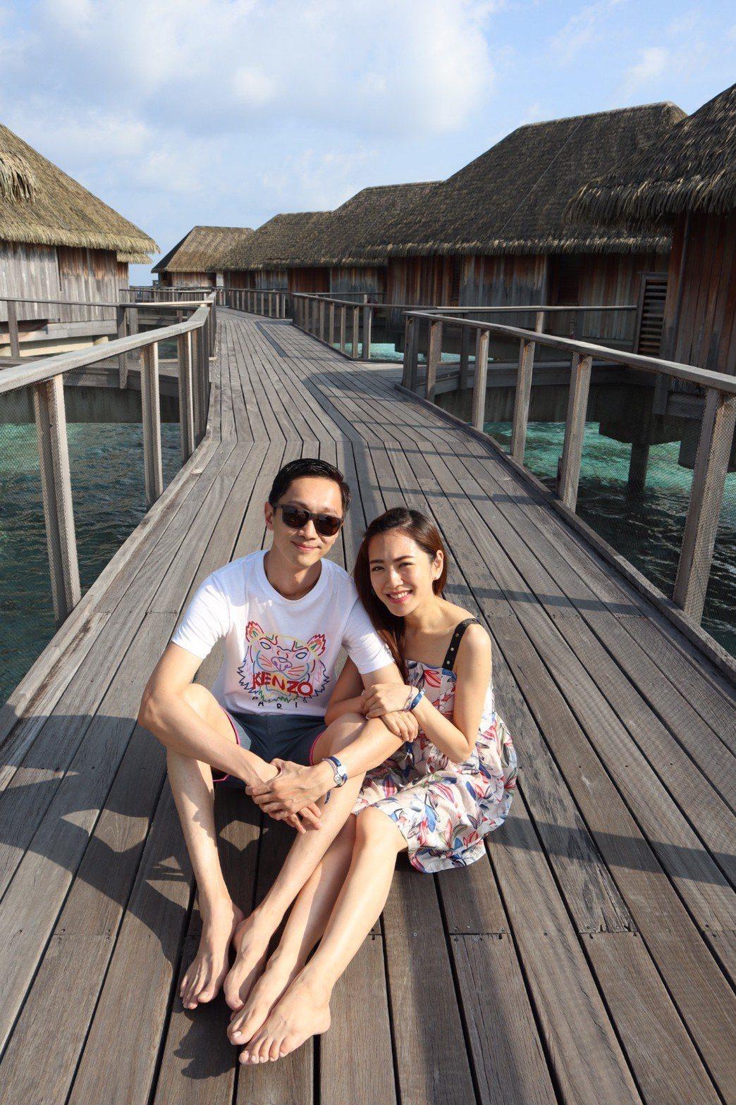 楊千霈(右)和老公到馬爾地夫二度蜜月。圖/楊千霈提供