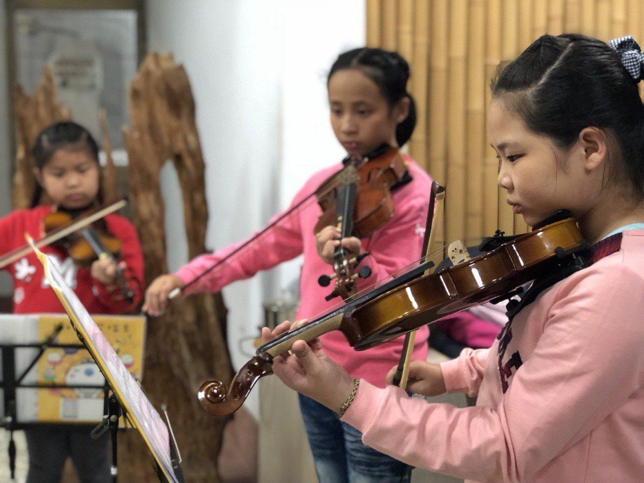 嘉義縣大埔鄉孩子珍惜學習小提琴機會,自動自發的學習態度讓音樂老師曾彥學相當感動。...