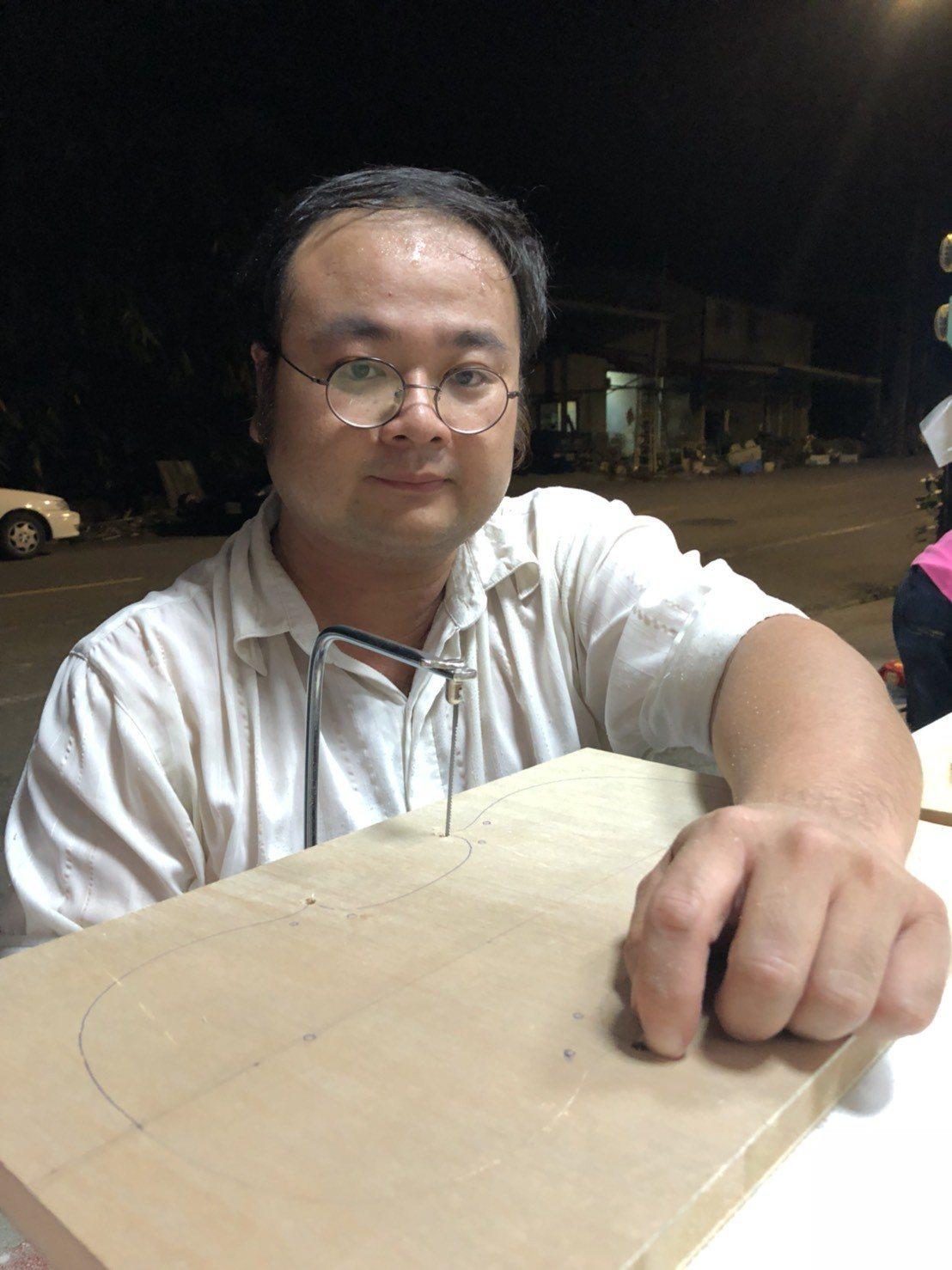 35歲音樂老師曾彥學不辭路途遙遠,每周開車從屏東到嘉義縣大埔上課、教製小提琴。記...
