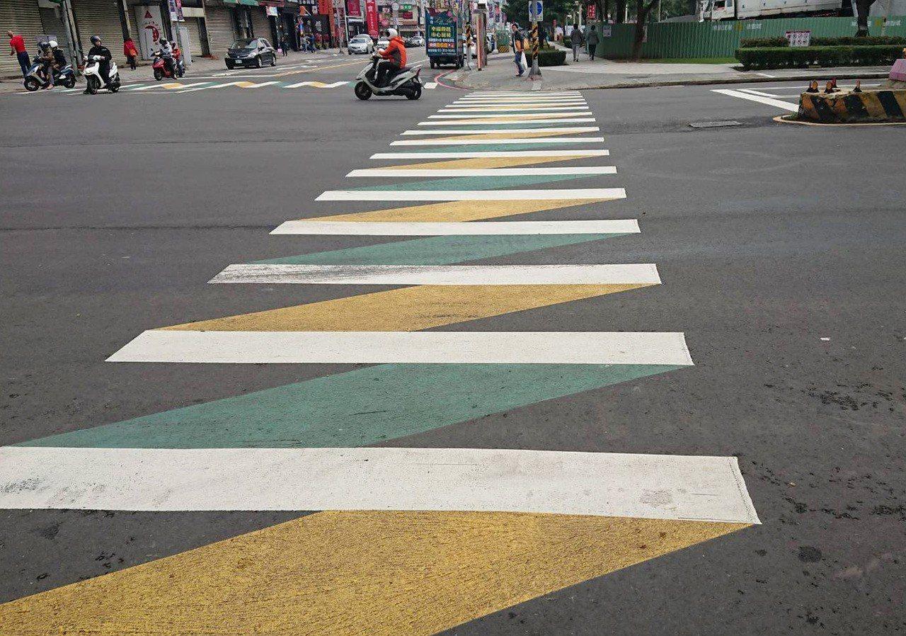 桃園市交通局畫設「拉鏈行穿線」比立體更醒目,尤其進化版的「綠底拉鍊型行穿線」(見...