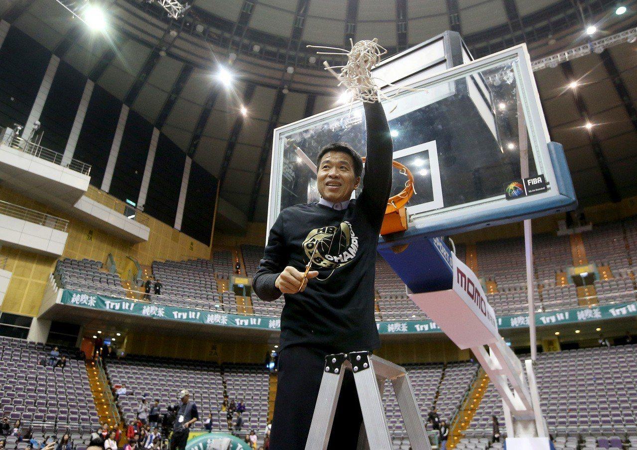 能仁教頭林正明收穫執教生涯首冠,開心剪籃網。記者余承翰/攝影