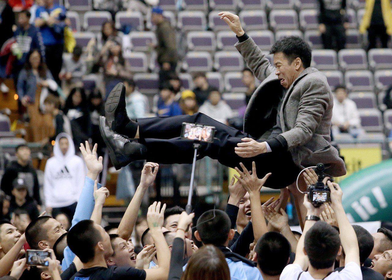 能仁教頭林正明收下執教生涯首冠,被球員拋起慶祝。記者余承翰/攝影