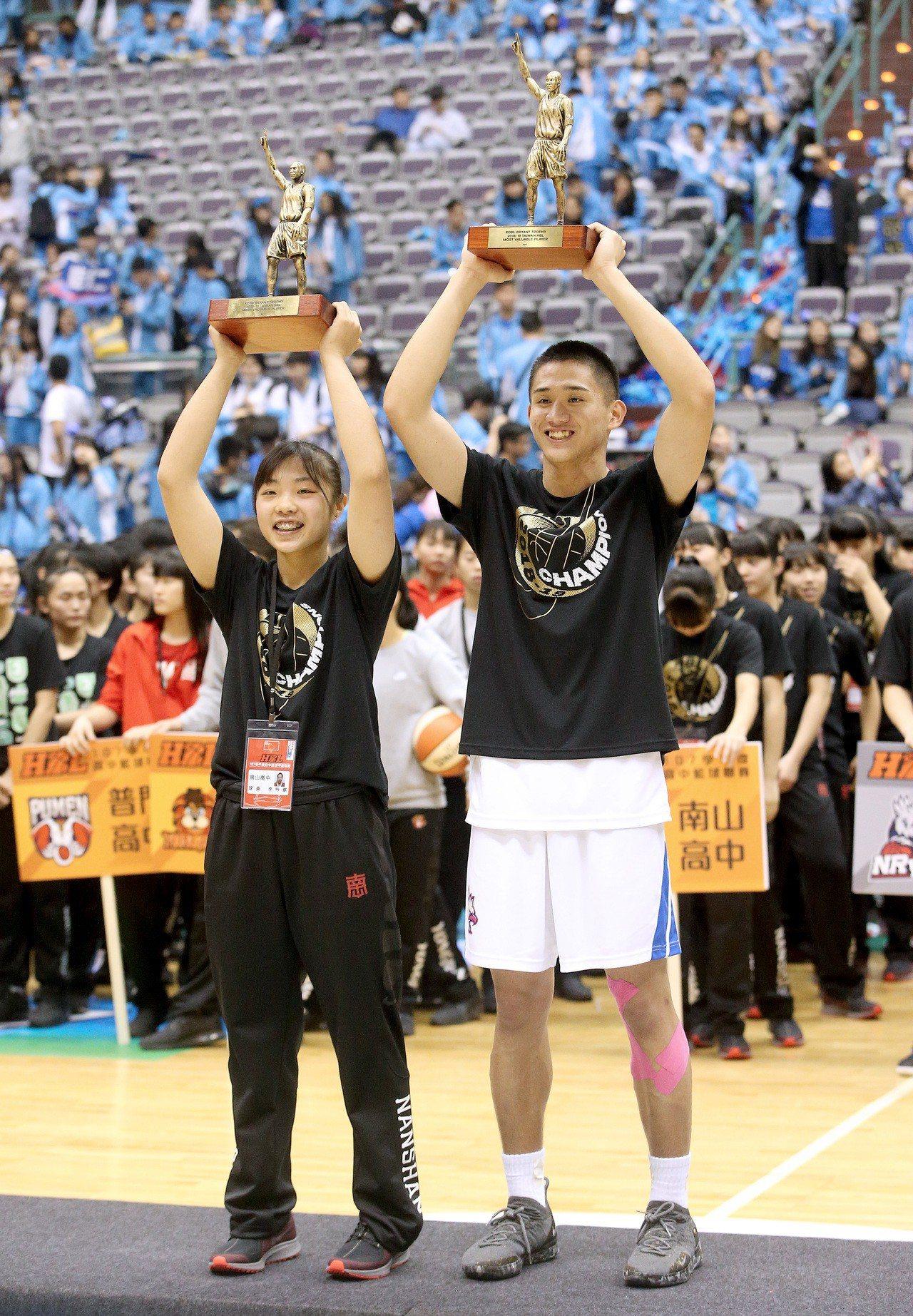 能仁林彥廷(右)和南山李吟娸分別摘下男、女MVP。記者余承翰/攝影