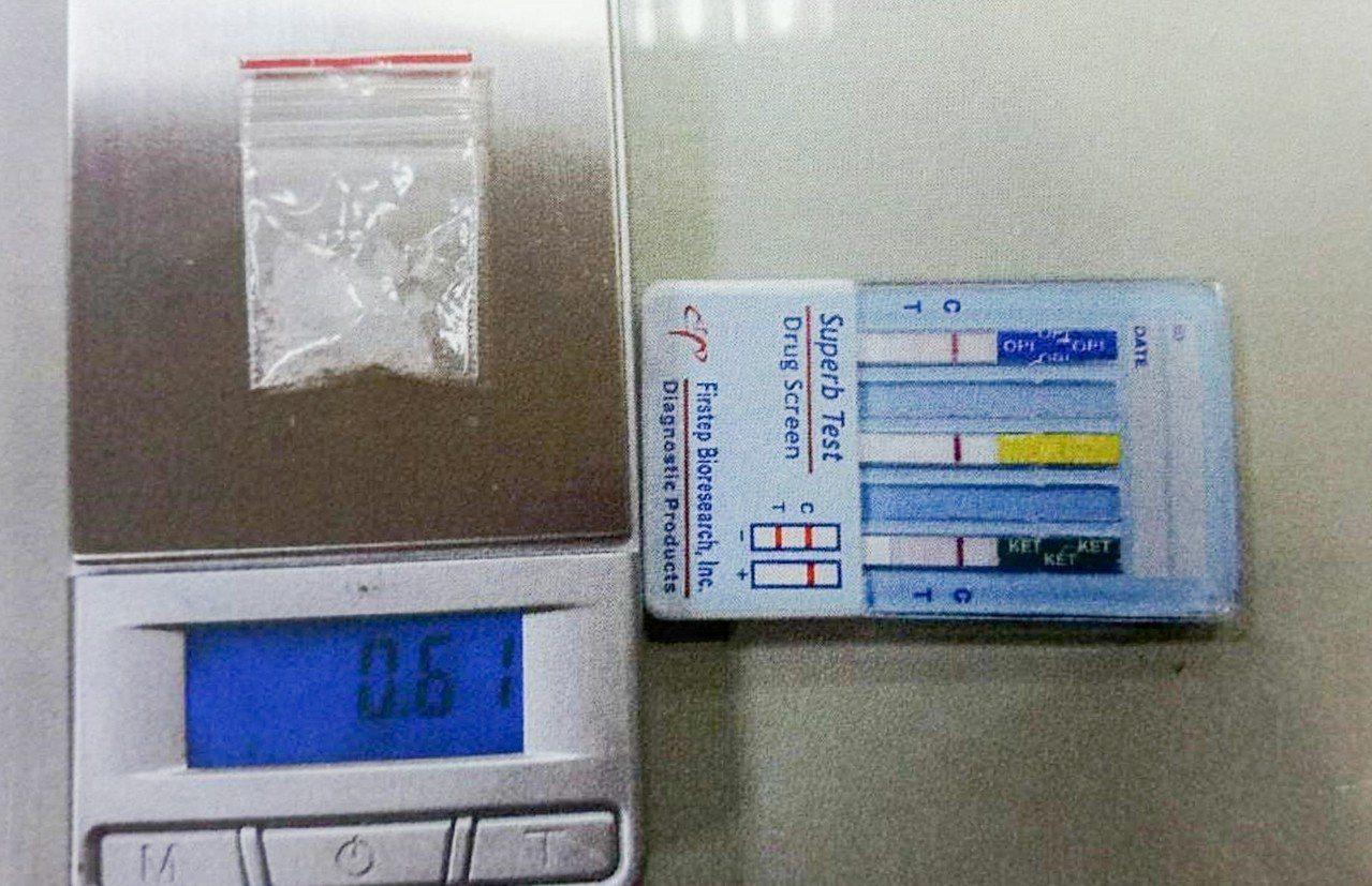 張姓老翁當天被起獲一組毒品吸食器及一包(0.61公克)安非他命。圖/警方提供