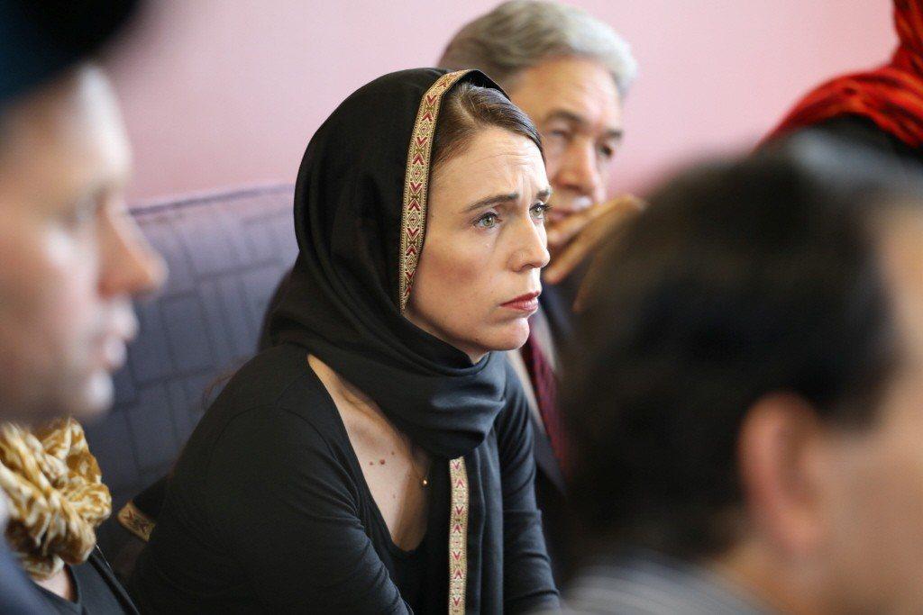 紐西蘭總理阿爾登16日戴著頭巾,慰問槍擊案死傷者家屬。(路透)