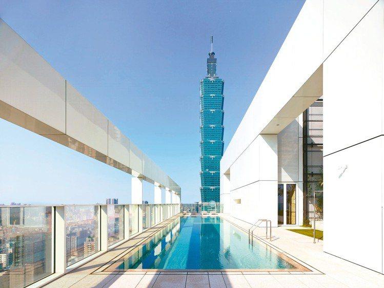 55 Timeless琢白的頂樓泳池可以遠聎台北101。 圖/大陸建設提供