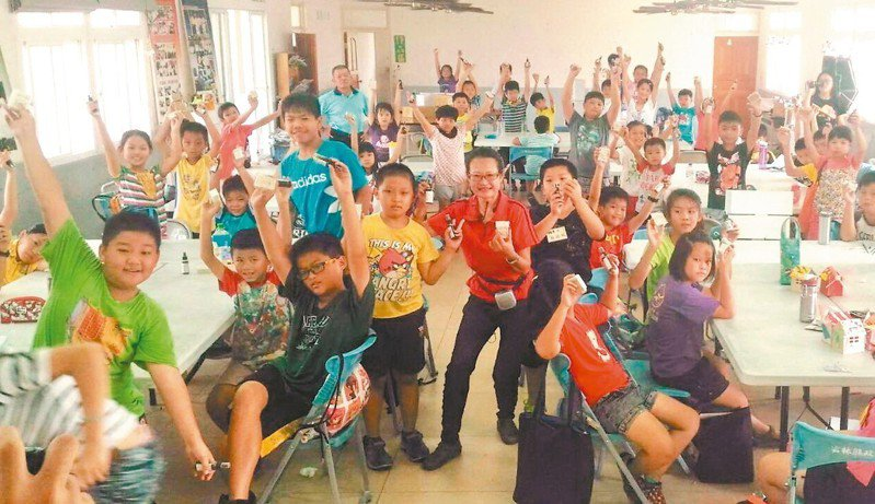 手工皂風行多年,連小朋友也對學做手工皂興致勃勃。 記者蔡維斌/攝影