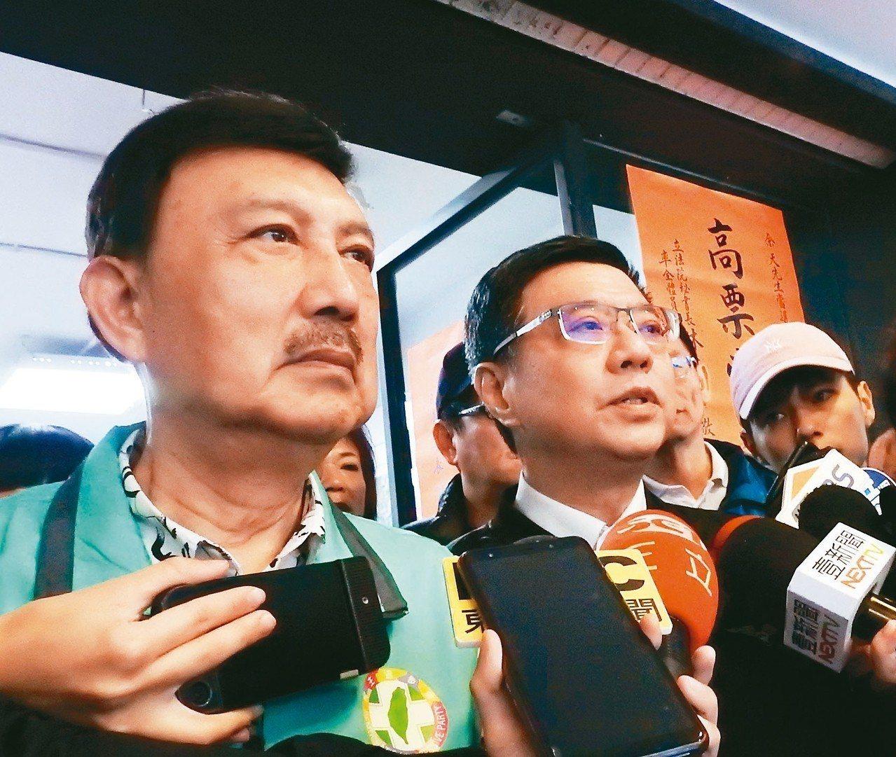 民進黨主席卓榮泰(左二)昨天陪同民進黨新北市三重立委補選當選人余天(左)謝票時說...