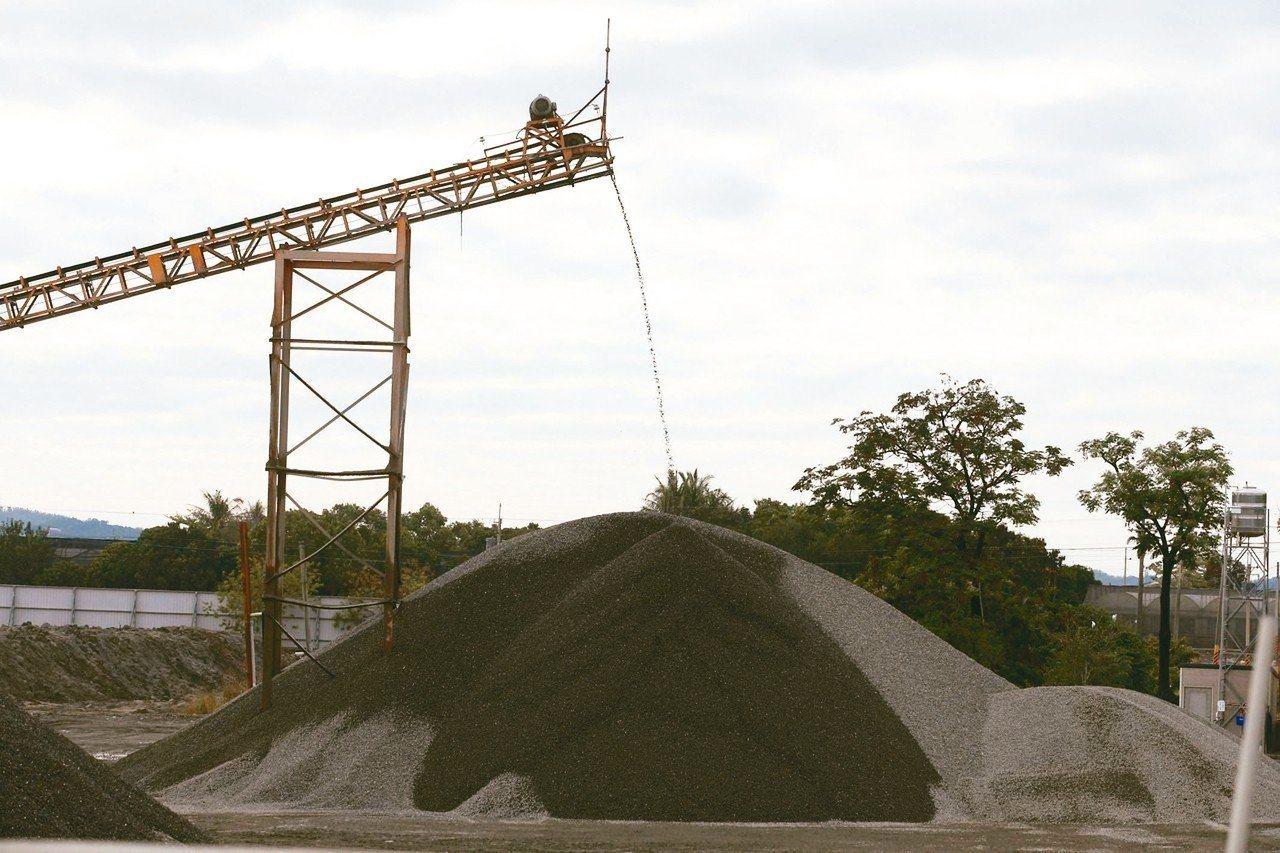 減少公共工程受砂石價格波動影響,行政院請經濟部及公共工程委員會一周內研擬可行做法...