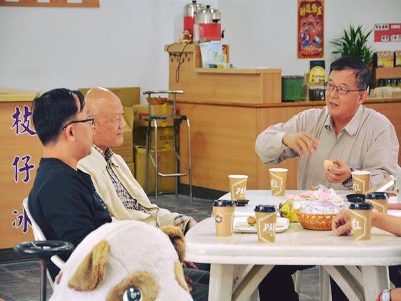台東縣農業處長許瑞貴(右)昨天關山地方意見領袖會談並爭取支持,他要以台東森林公園...