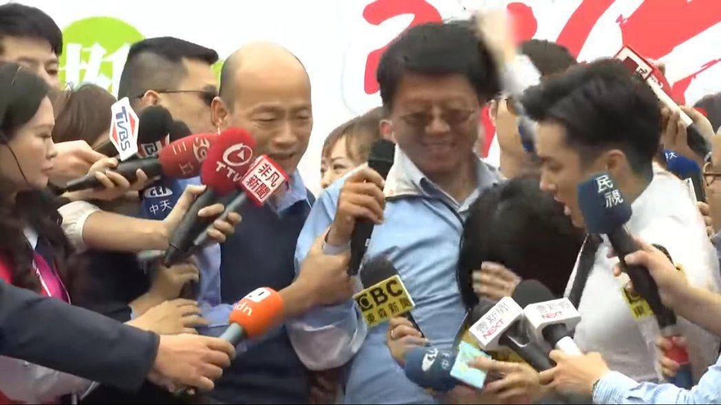 東森新聞和中天新聞台在採訪時發生推擠。 圖/擷自聯合影音Youtube頻道
