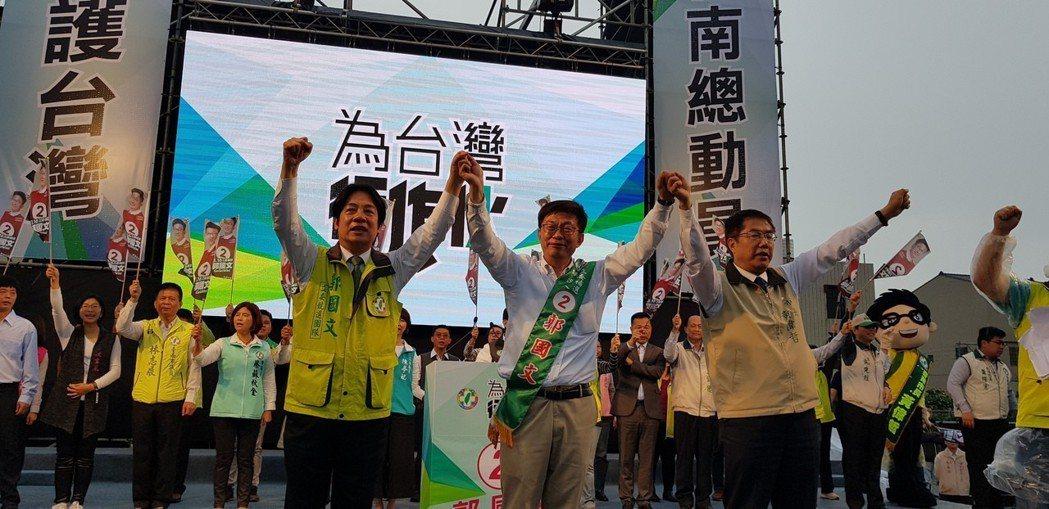 賴清德(前左)在立委補選中積極為郭國文(中)輔選,選後兩天即參與黨內總統初選。圖...