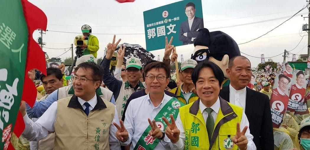 賴清德(前右)在台南立委補選找到輔選舞台,每天站在街頭拉票,被形容為「比自己選舉...