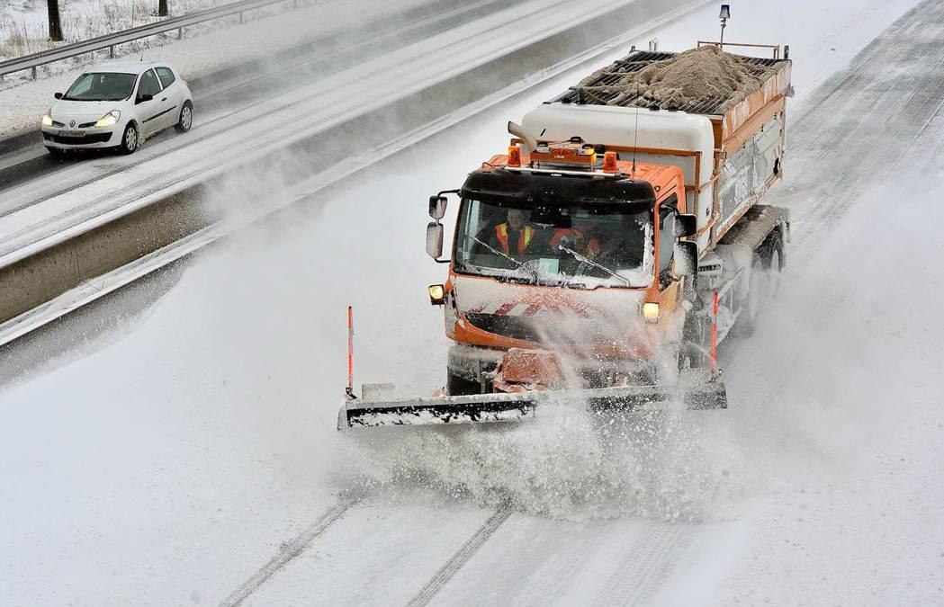 愈來愈多父母像掃雪機,為孩子鏟除一切障礙。圖為掃雪機在法國公路上掃雪。(法新社)
