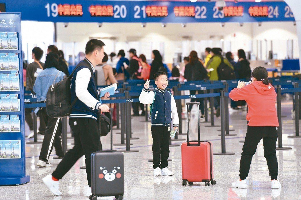 去年大陸民眾出境旅遊人數高達1億4,972萬人次,境外消費金額達1,200億美元...