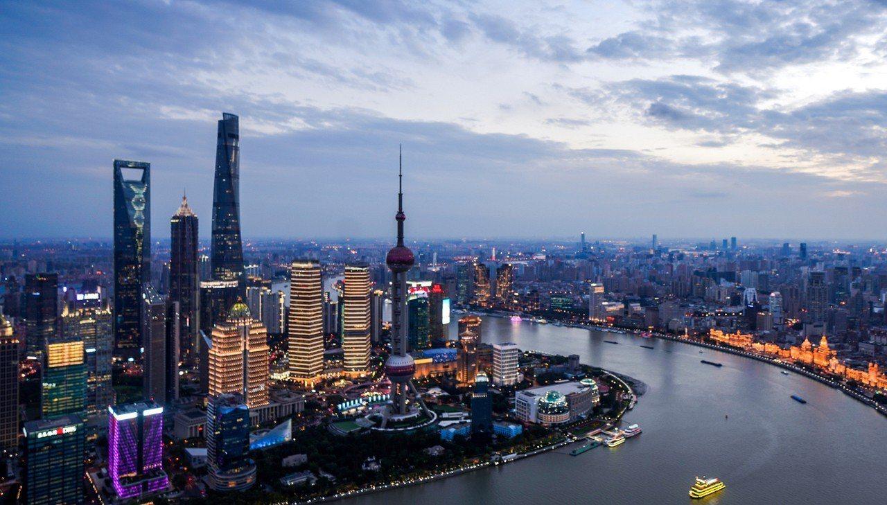 上海以各種未來主義的摩天大樓和富有魅力的歷史建築聞名。 新華社