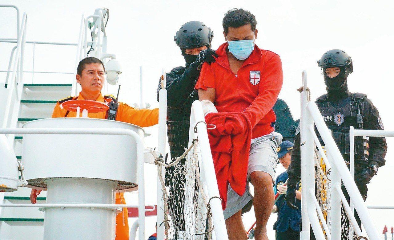 「穩鵬號」海上喋血案凶嫌Aurelio(左三)今天押解抵台。 記者林伯驊/攝影