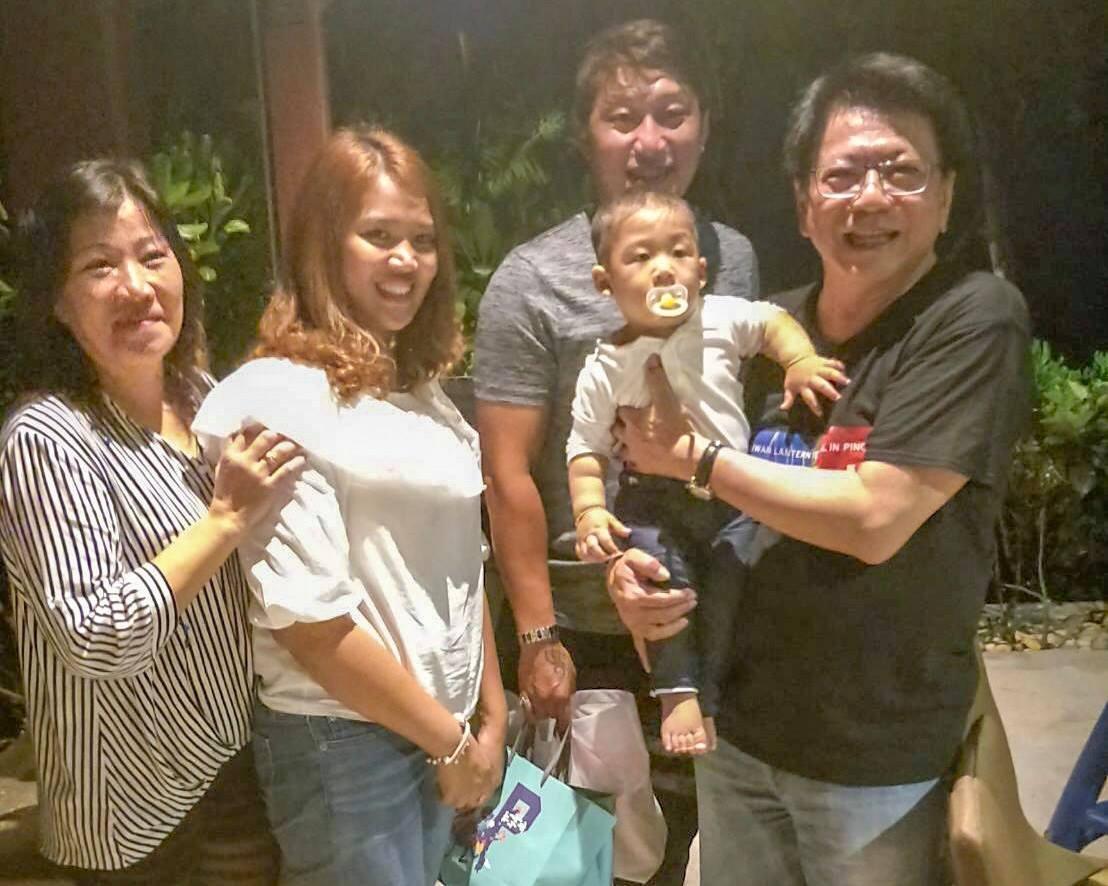 九個月大的孩子飛到模里西斯見爸爸,潘孟安在臉書分享合照。 圖擷自潘孟安臉書