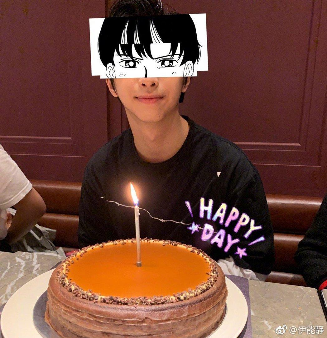 小哈利歡度17歲生日。 圖/擷自伊能靜微博