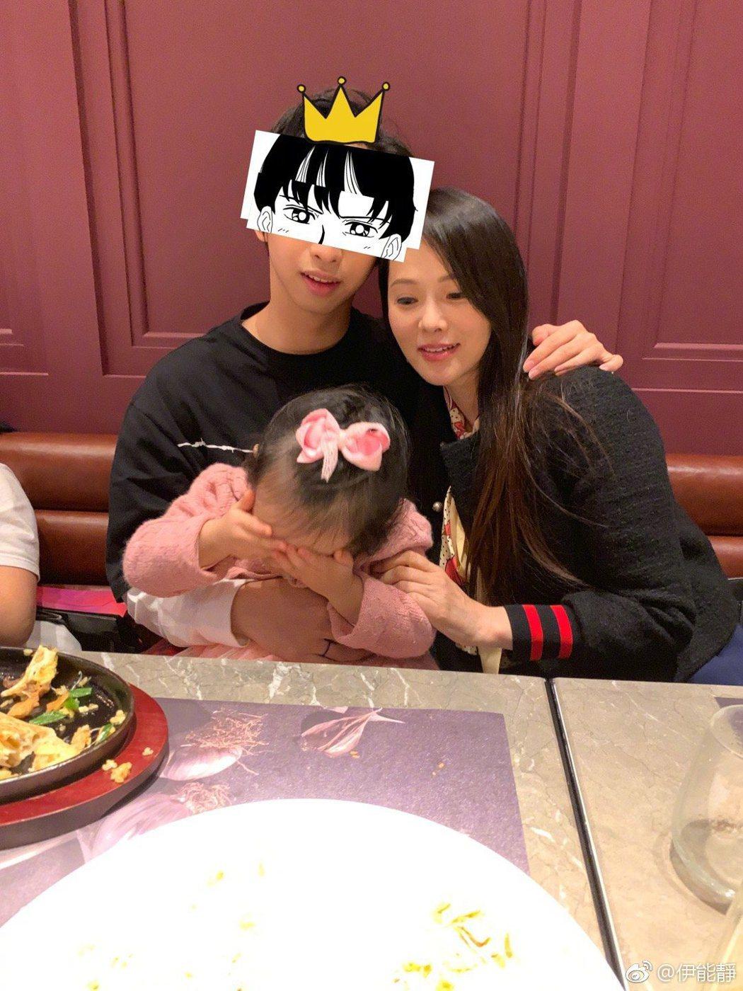 伊能靜帶著女兒米粒參加兒子17歲生日。 圖/擷自伊能靜微博