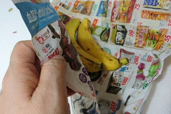 報紙包覆前需用水清洗香蕉皮,減少農藥殘留或灰塵。 圖片提供/好食材(圖/楊賢英)