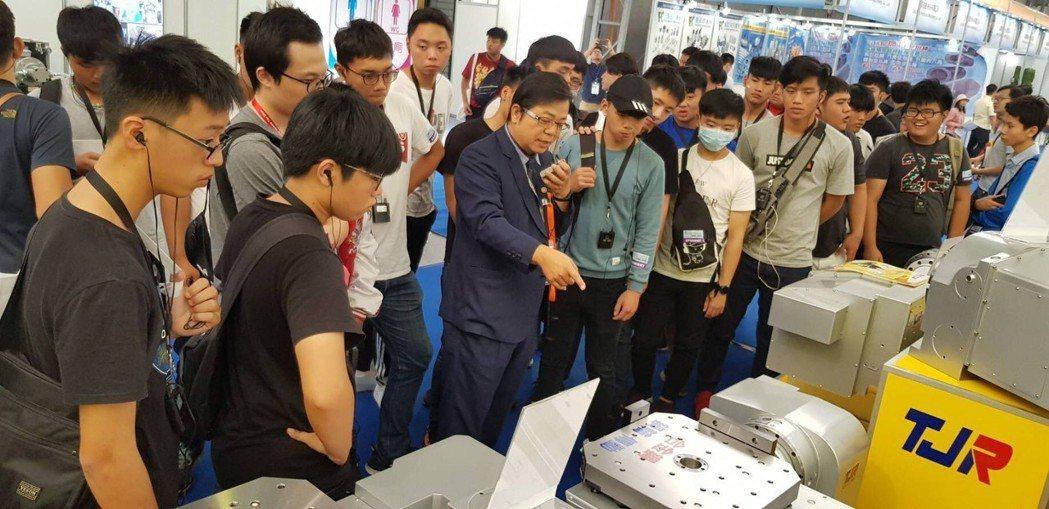 潭佳精密執行副總侯緯章(中著西裝者 )於台北國際工具機展中向來賓解說產品特性與功...
