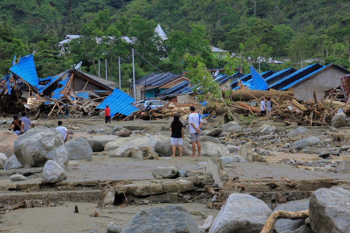 土石流阻斷交通,印尼當局表示仍有許多災區目前無法深入執行救災工作,死傷人數恐怕還...