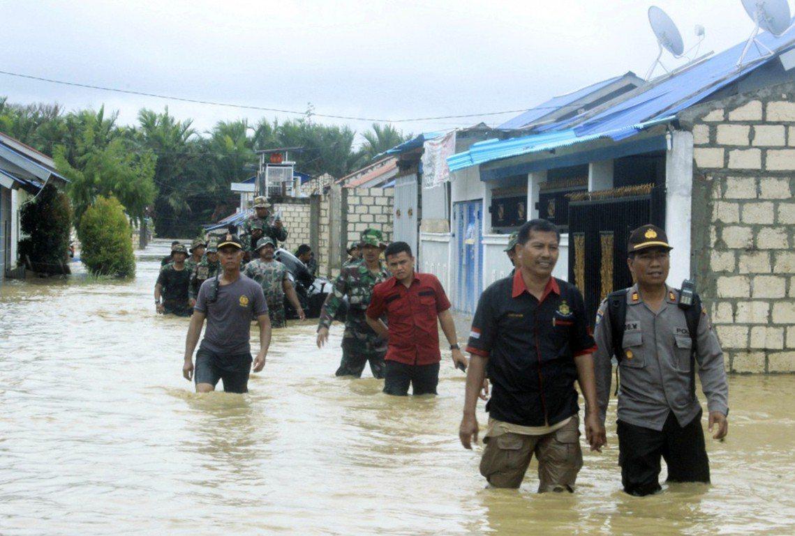 18日,警方與搜救隊正進行居民疏散和救援任務。 圖/美聯社
