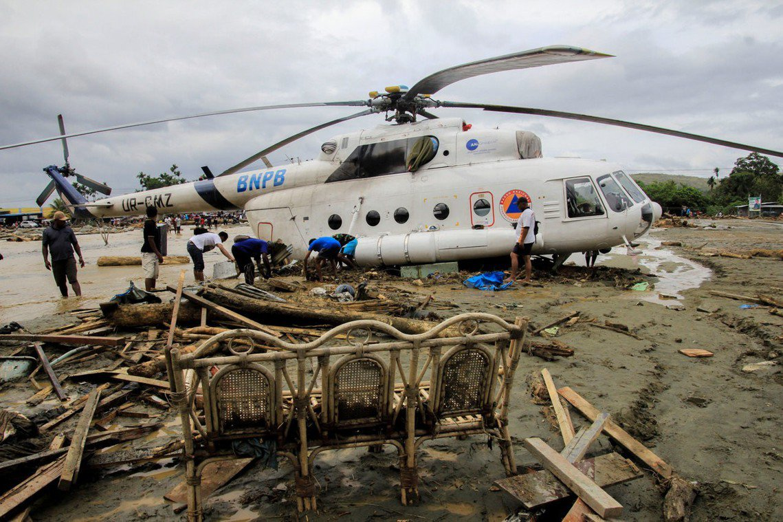 BNPB的救援直升機,飛往森塔尼進行救災任務。 圖/路透社