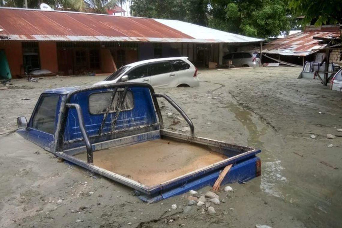 森塔尼城鎮中的車輛已被泥沙覆蓋。 圖/路透社