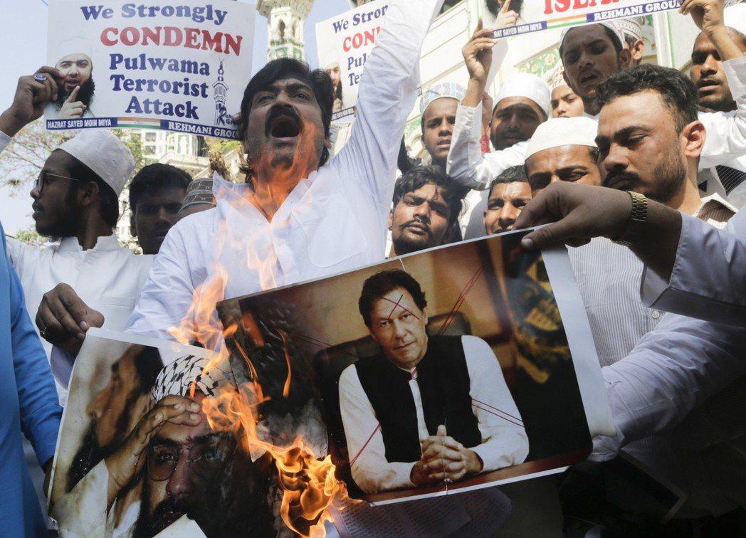 在國際壓力下,伊姆蘭汗表態鎮壓國內極端組織、不容許對外恐攻。但新德里與多數的觀察...