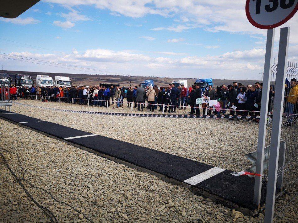 羅馬尼亞一名商人出資約新台幣15萬元,建造「全球最短的高速公路」,長度只有1米。...