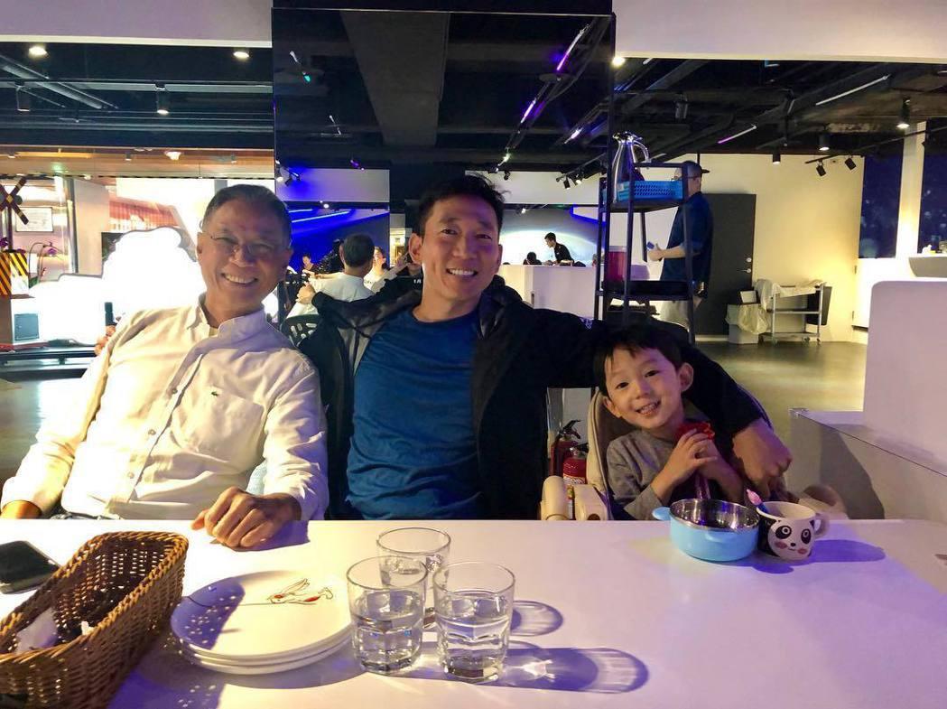 Tony與爸爸、兒子。圖/擷自IG